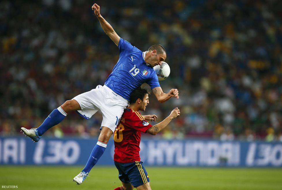Bonucci Fabregas hátán emelkedik