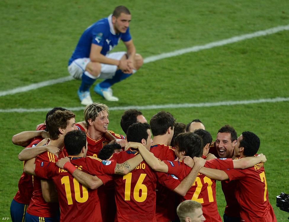 A meccs lefújása után ünneplő spanyol válogatott