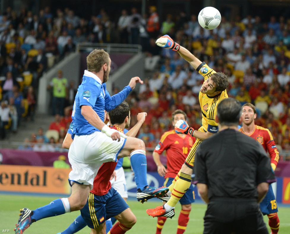 Iker Casillas labdát öklöz
