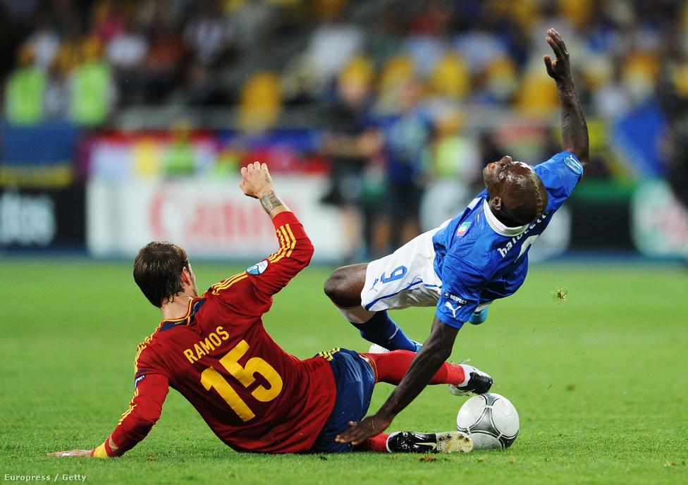Balotelli a levegőben, Ramos kissé alatta