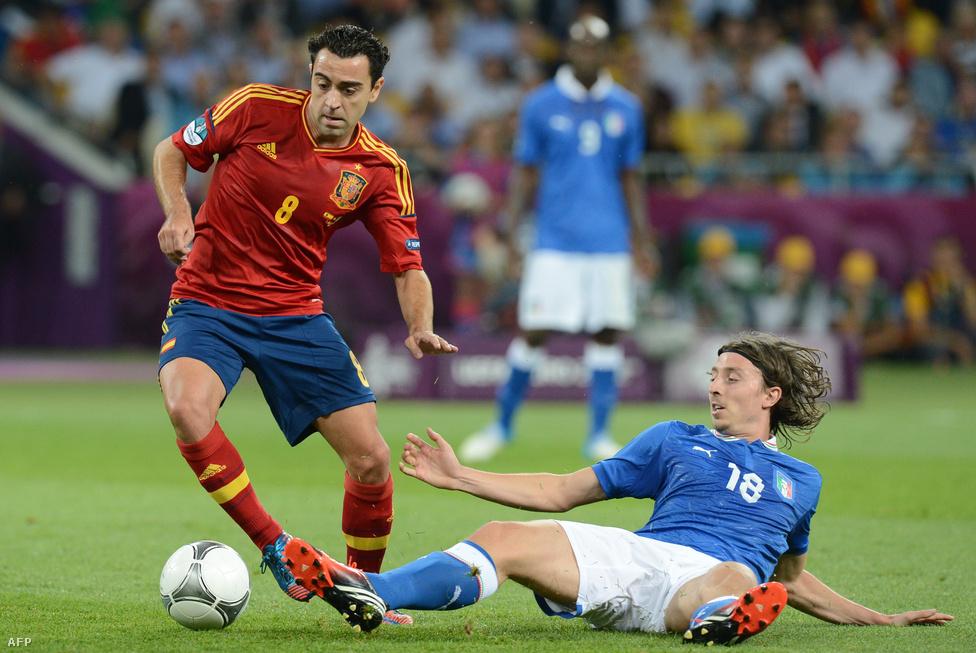 Xavi Hernandez és Riccardo Montolivo párbaja