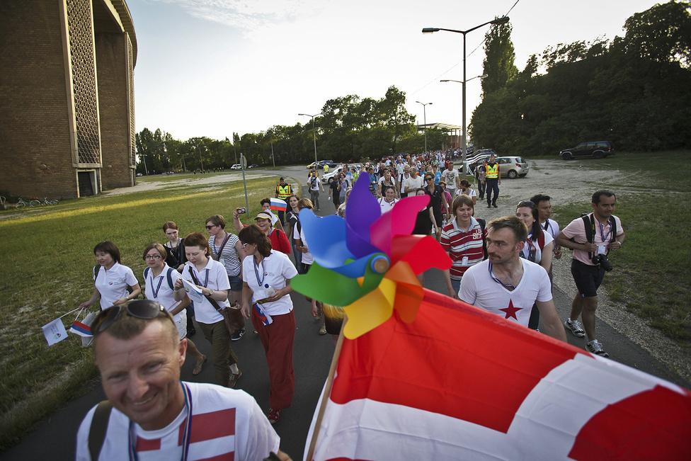 A melegolimpia résztvevői a nyitóünnepség felé sétálnak, Tarlós István főpolgármester a távolmaradásával tüntet.