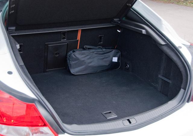 Kretén formájú csomagtartó. Mit tegyen, aki alacsony és az üléstámlához rakná csomagjait?