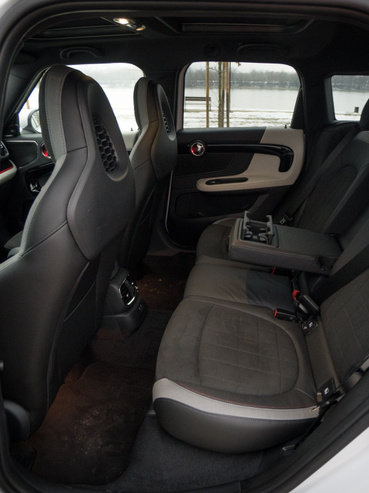 Hátul is van hely, még szép: ez egy Kia Sportage méretű autó (a könyöklő feláras)