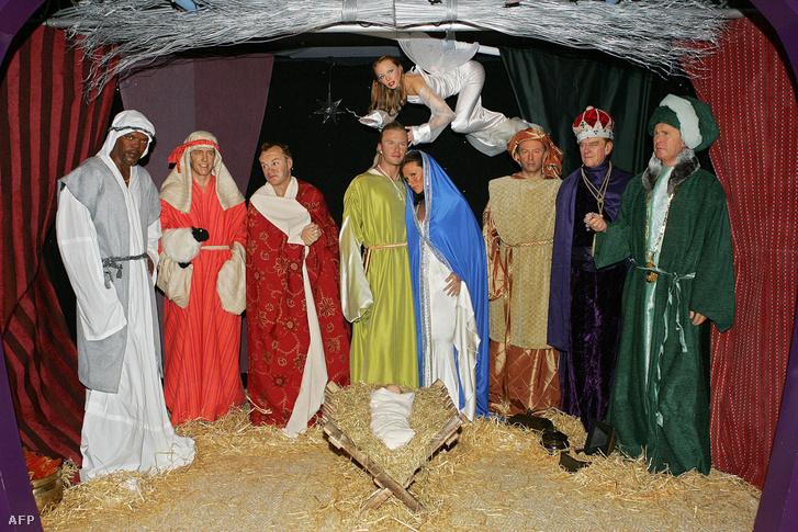 A londoni Madame Tussauds múzeumban 2004-ben kiállított jászol jelenet hírességekkel. A következő szereposztásban: David és Victoria Beckham (középen) József és Mária szerepében. A három bölcseket Tony Blair (jobbról a harmadik), mellette jobbra Edinburgh hercege és George W. Bush viaszmása. Pásztornak öltöztették Smauel L. Jackson (balra), Hugh Grantet és Graham Nortont. Az angyal szerepét Kylie Minogue kapta.