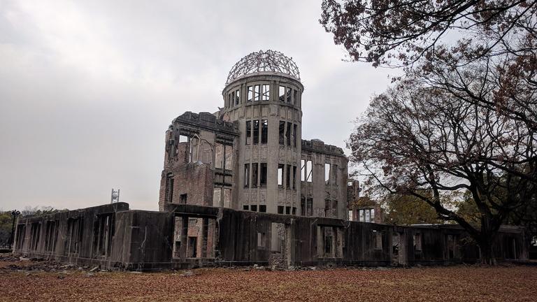 Az atombombát túlélő hirosimai dóm hatása alatt