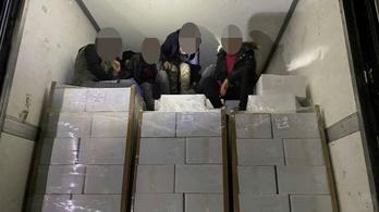 Hűtőkamionból szabadított ki a német rendőrség 11 afgán menekültet