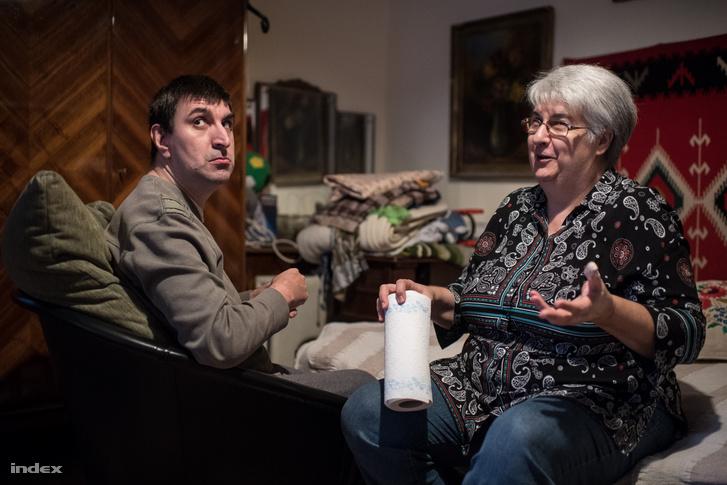 Schilling Magdolna és fia, Feri, a 15. kerületi otthonukban.