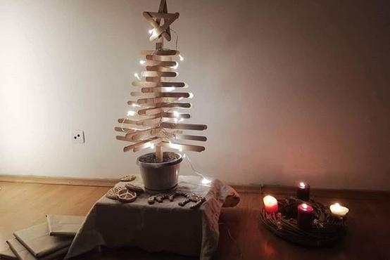"""""""Torokspatulàkból készült karácsonyfa, félig zöld mert ikeas fényfüzér van rajta.""""  Forrás: https://www.instagram.com/p/B6b_mfGnGsx/"""