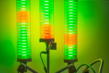 PLC-vezérelt karácsonyfa ledes ipari jelzőoszlopokból.