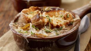 Ennél csináljon finomabb vega levest, aki tud: fehérboros hagymaleves sajtos rozskenyérrel