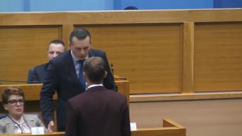 Arcon csapott a parlamentben egy képviselőt a Boszniai Szerb Köztársaság belügyminisztere