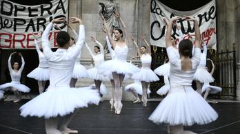A párizsi operaház előtt táncolva tüntettek balerinák a nyugdíjreform ellen