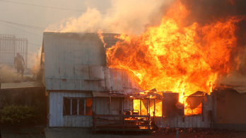 Házak tucatjait pusztította el egy tűzvész a chilei Valparaísóban