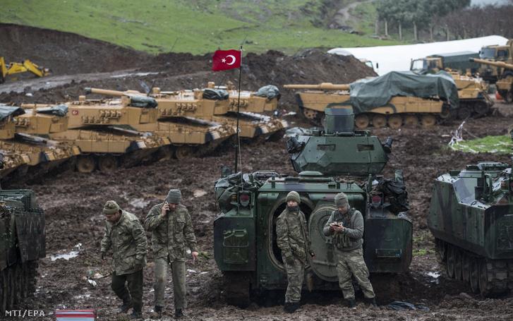Török katonák és a hadsereg páncélozott harci járművei a Törökország déli részén elterülő Szíriával határos Hatay tartományban 2018. január 23-án.