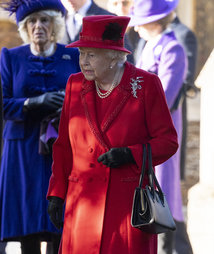 Rengetegen voltak kíváncsiak a templomba érkező királyi családra