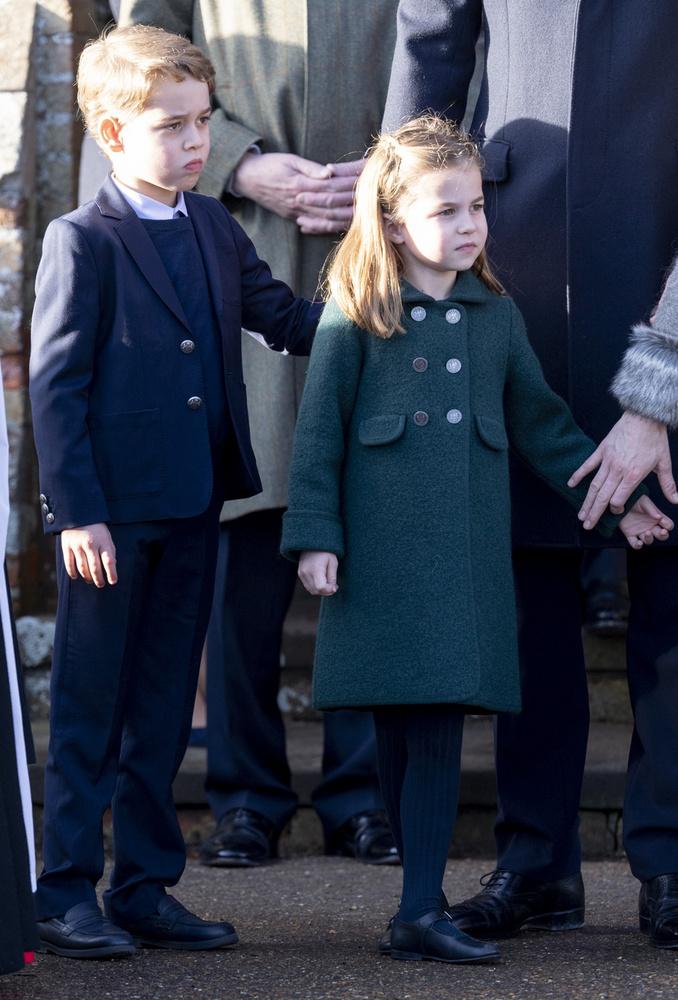 George (György) herceg nem mozdult húga mellől, végig átölelte őt, míg türelmesen hagyták, hogy képeket készítsenek róluk