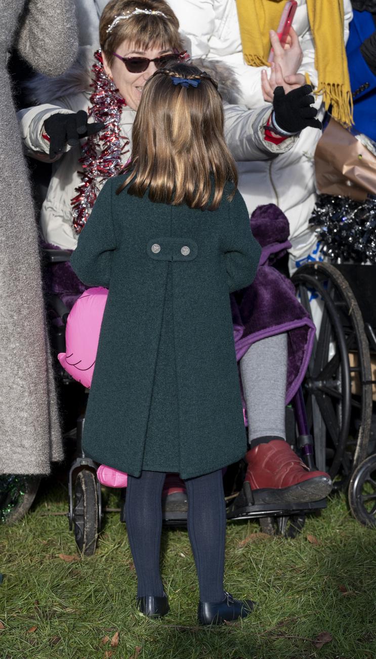 Az egyik mozgássérült nő, aki a királyi család sétáját nézte, magához intette Charlotte hercegnőt, a kislány pedig nem habozott odasétálni hozzá,...