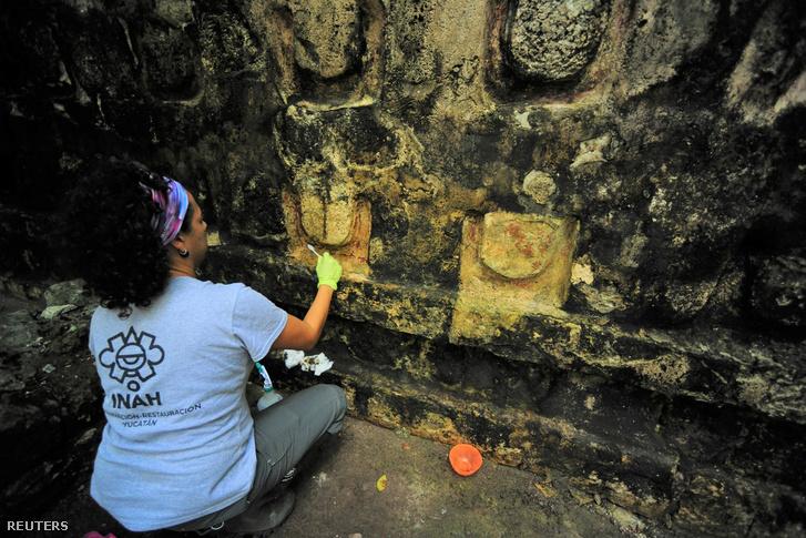 Egy régész tisztítja annak a maja palotának az egyik stukkóját, amit Kulubánál, a mexikói Cancún városának közelében tártak fel