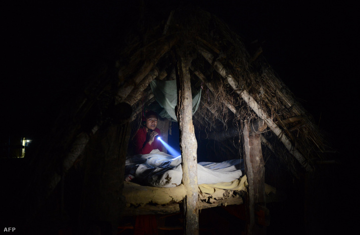 Egy nepáli nő készülődik alváshoz egy kunyhóban, mert a menstruációja miatt kizárták otthonából a Katmandutól nyugatra fekvő Surkhet nevű faluban, 2017-ben