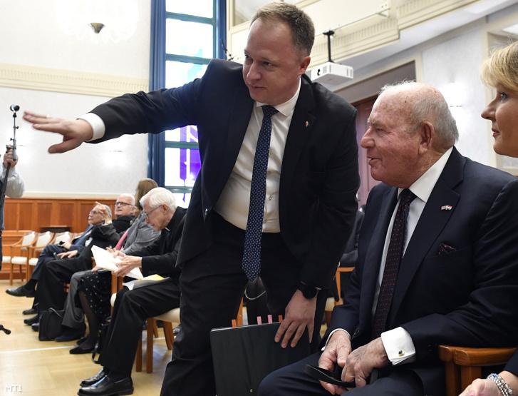 Kumin Ferenc, a Külgazdasági és Külügyminisztérium európai és amerikai kapcsolatok fejlesztéséért felelős helyettes államtitkára (k) és David B. Cornstein, az Egyesült Államok budapesti nagykövete (j2) 2019. október 16-án.