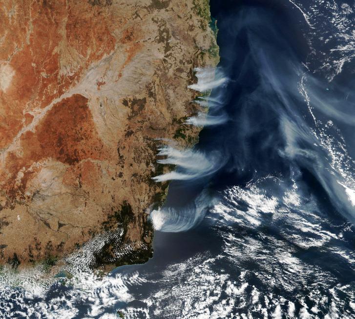 A NASA által kiadott képen Új-Dél-Wales államban tomboló tüzek füstje látható Canberra közelében.