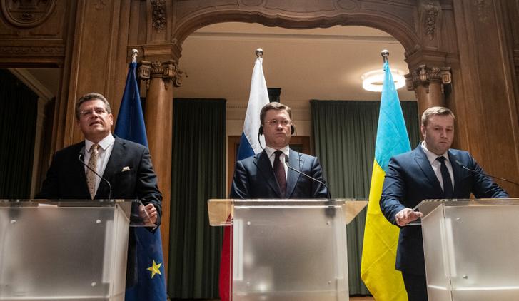 Alexander Nowak orosz és Alexei Orschel ukrán energiáért felelős miniszterek a két ország közti gáz tranzitról szóló megegyezésről tart sajtótájékoztatót, Maroš Šefčovič EU megbízottal.