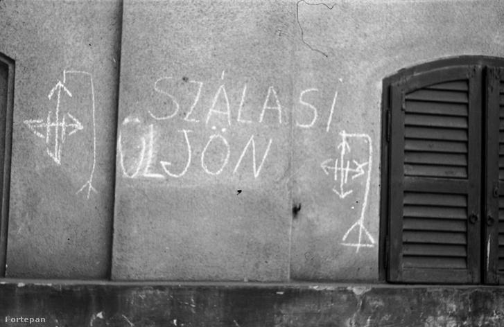 Falfirka bitófára akasztott nyilaskereszttel. A Fővárosi József Fiúárvaház (Josefium) mára lebontott épületrésze az Üllői úton. ADOMÁNYOZÓ:BERKÓ PÁL