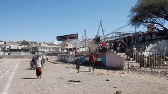 Legalább kilencen meghaltak, miután robbantottak egy katonai parádén Jemenben
