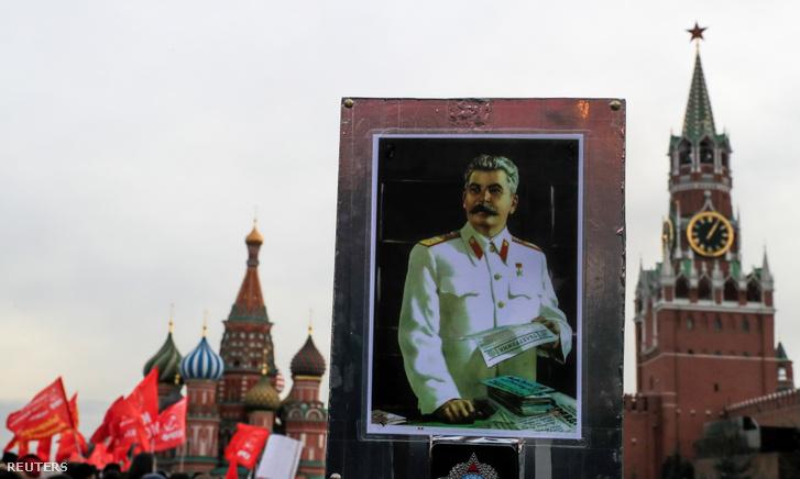 Orosz kommunista megemlékezés Sztálin sírjánál december 21-én, a diktátor születésének 140. évfordulóján