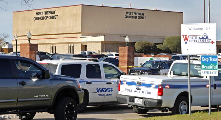 Helyszínelés a texasi White Settlement egyik templománál 2019. december 29-én.