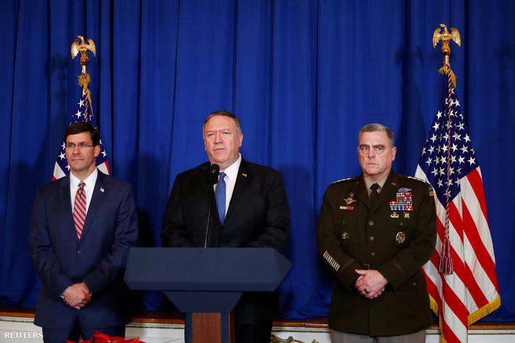 Mike Pompeo (középen) beszél az iraki és szíriai légicsapásokról Mar-a-Lagoban, Floridában 2019. december 29-én