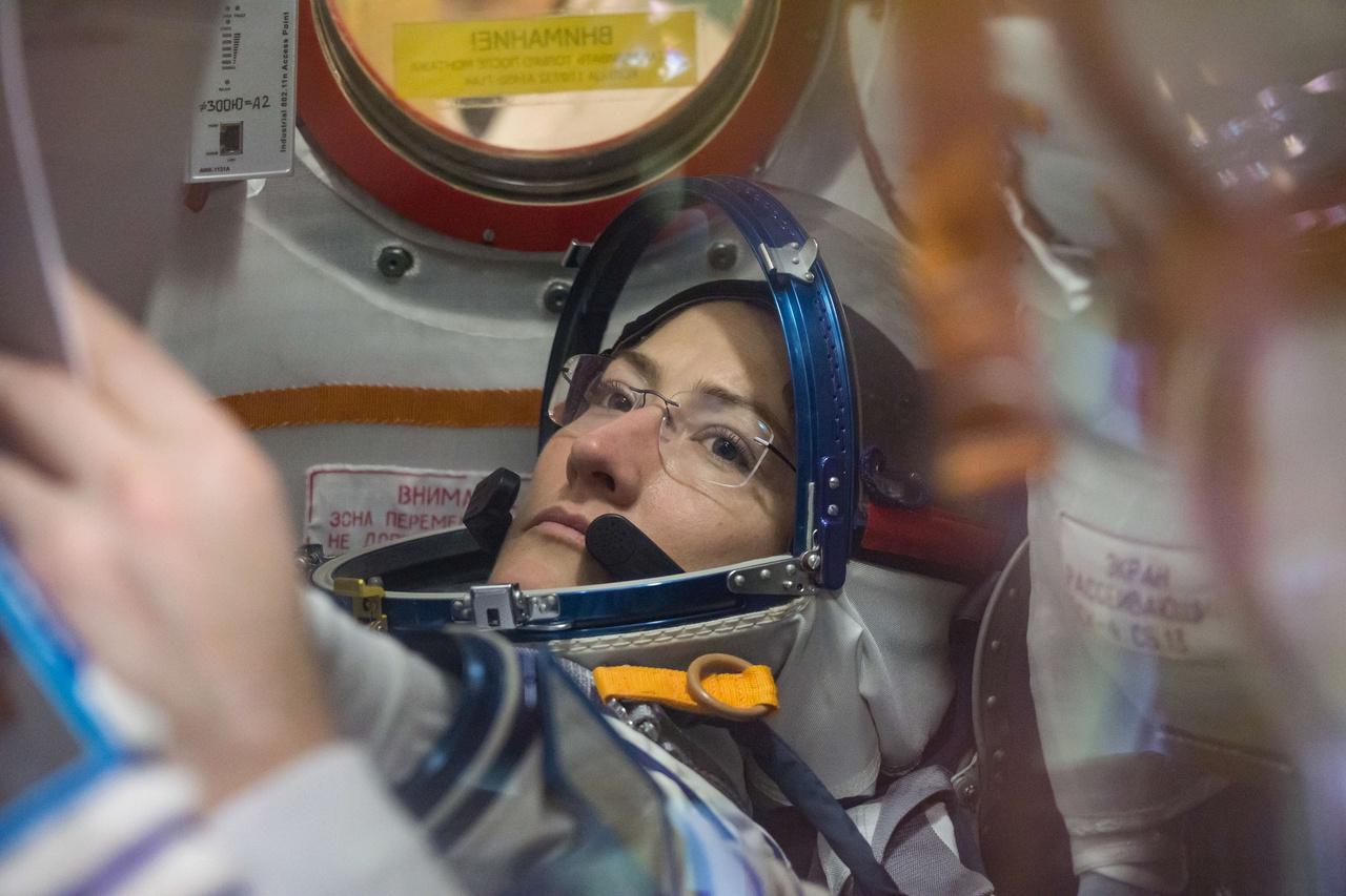 Kiképzés közben, teljes startfelszerelésben, a Szojuz űrhajók szimulátorában