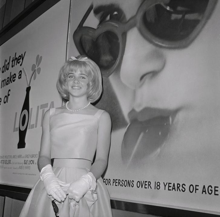 Sue Lyon a róla készült plakát előtt 15 éves korában Hollywoodban.