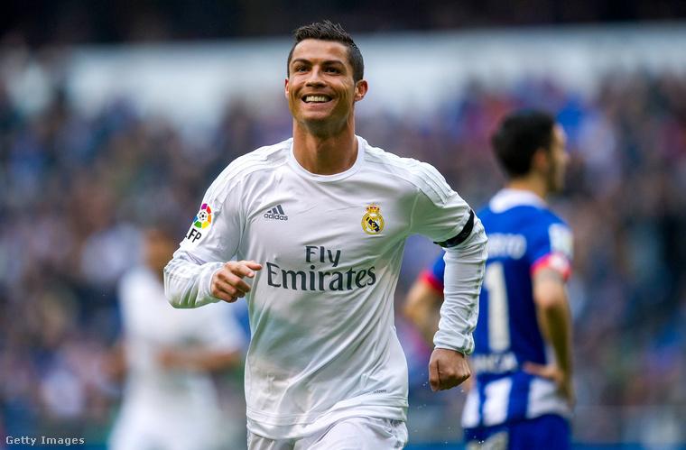A dobogó csúcsán pedig nem más, mint Christiano Ronaldo áll széles mosollyal