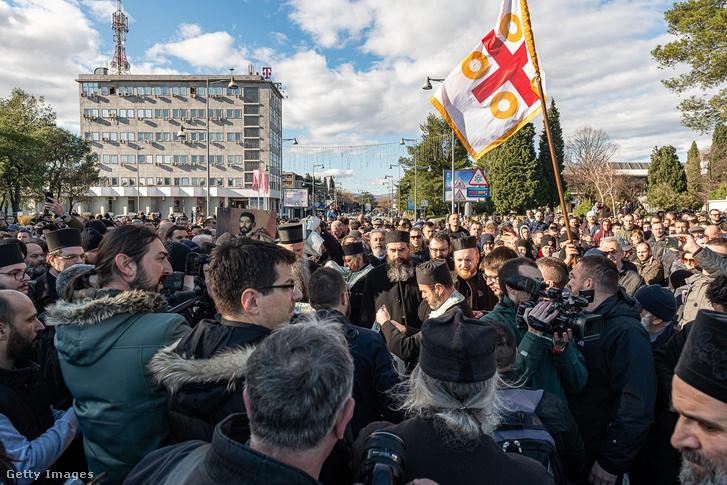 A szerb ortodox egyházat támogató tüntetők 2019. december 26-án
