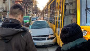 Két autó ütközött egy villamossal a Margit körúton