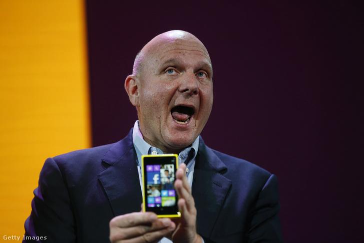 Steve Ballmer, a Microsoft vezérigazgatója 2012. október 29-én, a Windows Phone 8 San Francisco-i bemutatóján, egy Nokia Lumia 920-as készülékkel