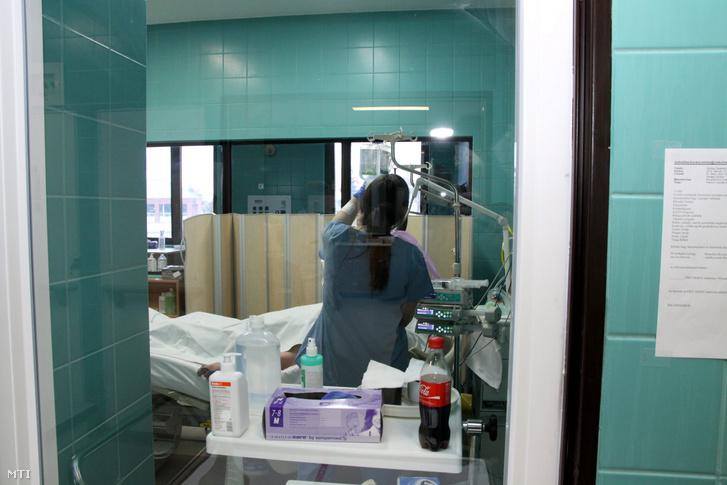 Egy beteget ápolnak a veszprémi Csolnoky Ferenc Kórházban