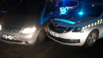 Többször nekiment a rendőrautónak a nő, aki forgalommal szemben hajtott az M0-s autópályán