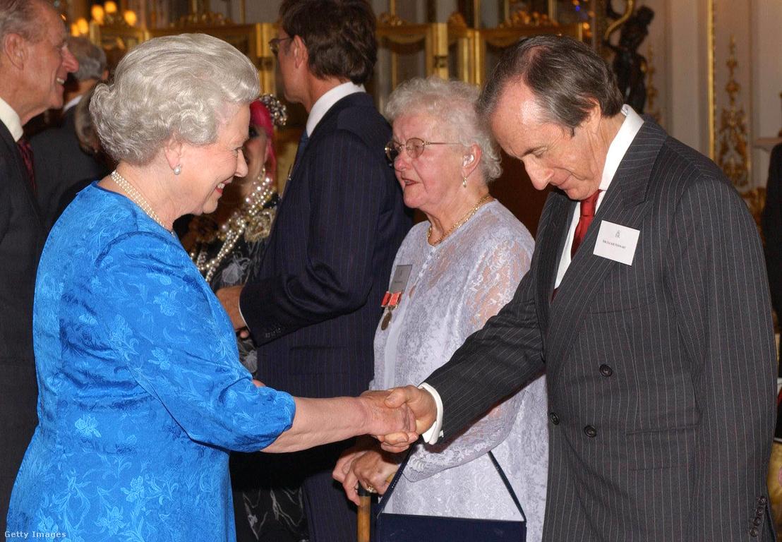 Jackie Stewart és II. Erzsébet királynő a Buckingham-palotában 2003-ban