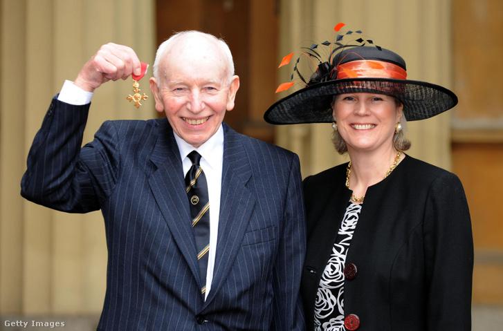 John Surtees és felesége Jane a II. Erzsébet királynőtől kapott OBE kitüntetéssel a Buckingham-palotában 2009. február 18-án