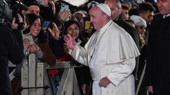 Ferenc pápa rácsapott egy nő kezére, aki kordonon keresztül ragadta meg az egyházfőt
