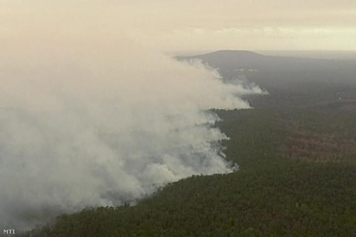 Videófelvételrõl készült kép a Victoria ausztrál szövetségi állambeli East Grippsland közelében tomboló erdõtûzrõl 2019. december 31-én.