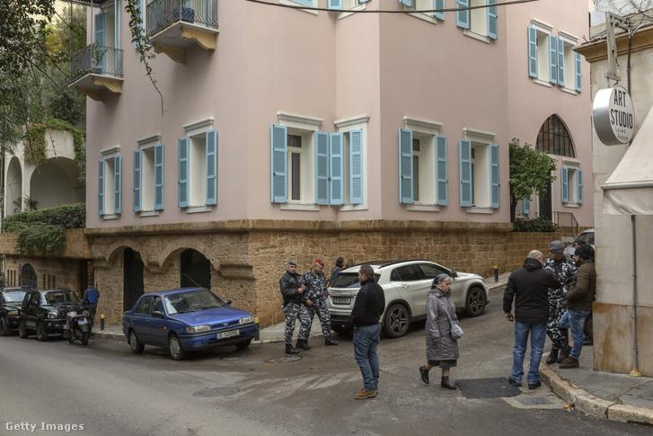Járókelők és a libanoni belső biztonsági erők (ISF) tisztjei Carlos Ghosn házánál Libanonban 2019. december 31-én.