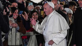 Bocsánatot kért Ferenc pápa mert ráütött egy nő kezére