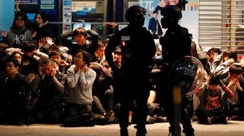 Több száz tüntetőt őrizetbe vettek Hongkongban újévkor