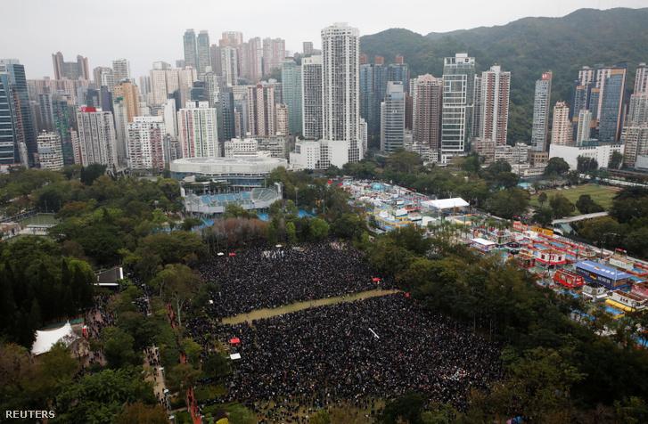 Demokratikus reformokat sürgető kormányellenes tüntetők újévi tüntetése Hongkongban 2020. január 1-én