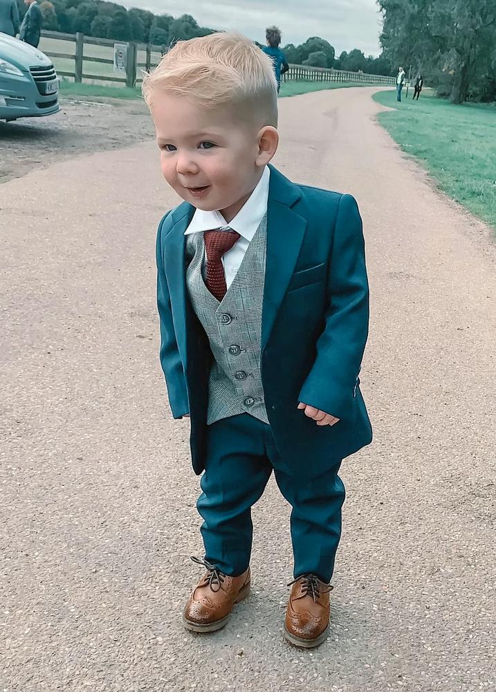 A jól öltözött kissrácot jelenleg több, mint 16 ezren követik a képmegosztón