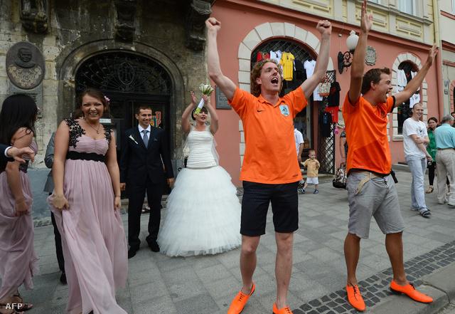 Hollandok köszöntenek egy frissen egybekelt házaspárt.